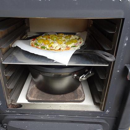 ピザオーブンで、ピザとダッチオーブン料理